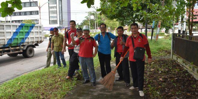 Jum'at 14 Juni 2019 Seluruh ASN dan PTT Kantor Balitbang Kota Palangka Raya Ikut Kerja Bakti Dalam Rangka Memperingati Hari Lingkungan Hidup Sedunia Ke- 45.